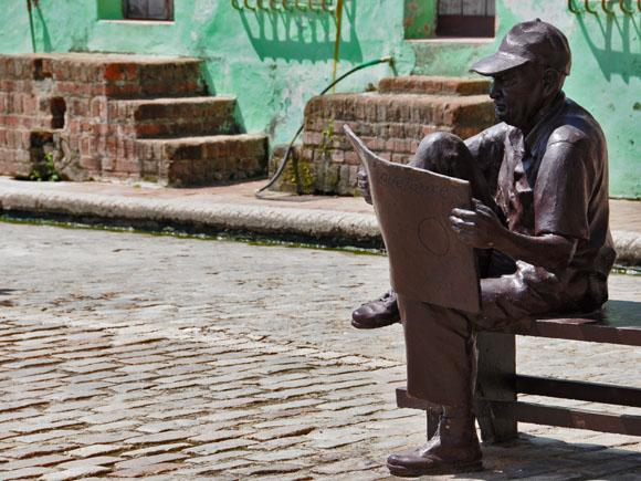 Lector de periodico. Foto: Ladyrene Pérez/Cubadebate.