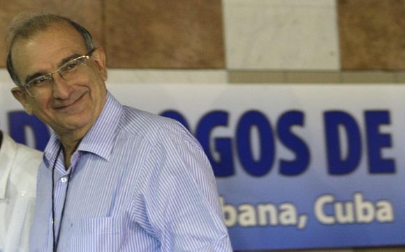 Huberto de la Calle, jefe de la delegación del Gobierno colombiano, llega al Palacio de Convenciones de la Habana, Cuba,  para los Dialogos de paz entre las FARC-EP, y el Gobierno de Colombia. Foto: Ismael Francisco/Cubadebate.
