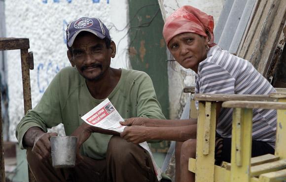 Con el periódico Sierra Maestra, único medio de información de los vecinos. Foto: Ismael Francisco/Cubadebate.