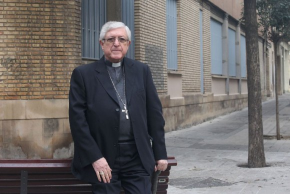 El obispo de Lleida, ante el antiguo seminario que será destinado a viviendas sociales. Foto: Herminia Sirvent.