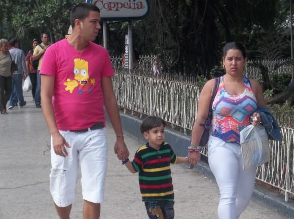 Familia cubana por la calle