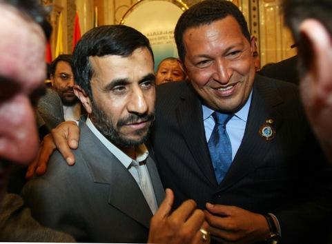 18 de noviembre de 2007. Chávez con su homólogo iraní, Mahmoud Ahmadineyad, durante la ceremonia de clausura de la cumbre de la OPEP en Riad. © AFP Hassan Amar