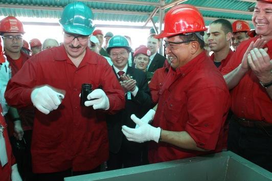 8 de diciembre de 2007. El presidente venezolano, Hugo Chávez con su homólogo bielorruso, Aleksandr Lukashenko, examinando una muestra de crudo pesado en la Faja del Orinoco, en el sureño estado de Anzoátegui, a 310 kilómetros de Caracas.
