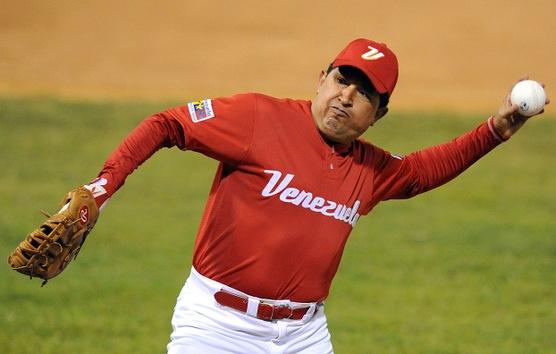 11 de febrero de 2010. Hugo Chávez se prepara para lanzar una pelota durante un partido de softball con jugadores profesionales venezolanos en Caracas. © AFP Juan Barreto