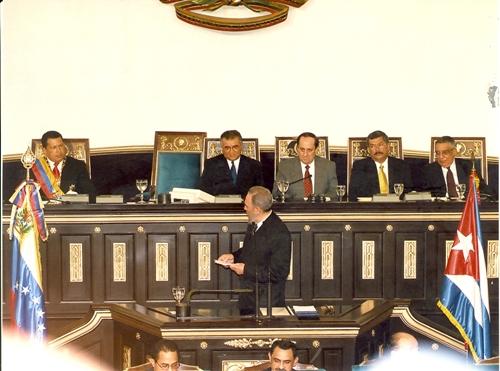 Fidel se dirige al Presidente Venezolano Hugo Chávez durante su discurso ante la Asamblea Nacional de Venezuela, en el Palacio Federal Legislativo de Caracas. 27 de octubre de 2000. Foto: Estudios Revolución/Archivo Cubadebate
