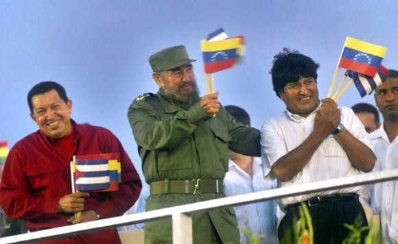 Chávez, Fidel y Evo, en la Plaza de la Revolución. Foto: Ismael Francisco/Cubadebate.