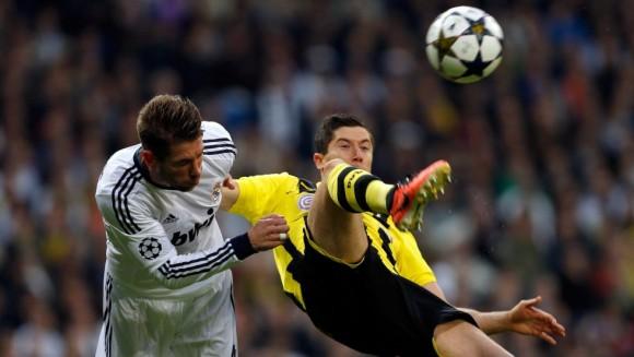 Sergio Ramos pelea por el balón con Lewandowski. Foto: AP.