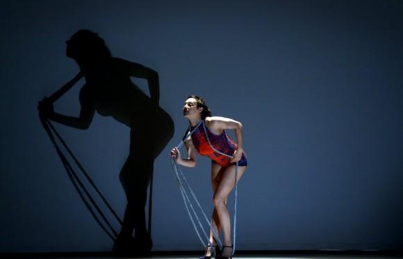 Una bailarina de Octopus, dirigido por Philippe Decoufle, practica durante un ensayo, el 19 de abril en Singapur. Foto: AP.