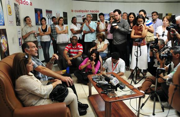 René González y Olga Salanueva durante un encuentro con la prensa nacional. Foto: Ladyrene Pérez/Cubadebate.