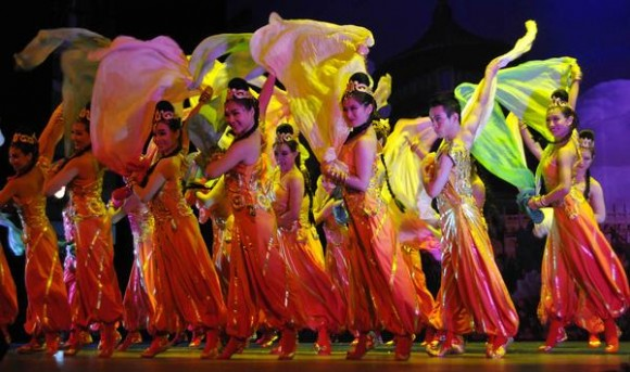 Preludio: Aire Violeta del Este, realizado por artistas del Circo Nacional de China, durante la presentación del espectáculo La noche de Beijing, en el Teatro Mella, en La Habana, Cuba, el 30 de mayo de 2013. AIN FOTO/ Roberto MOREJON RODRIGUEZ