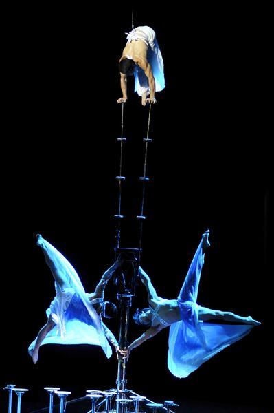 Balance y elevación realizado por artistas del Circo Nacional de China, durante la presentación del espectáculo La noche de Beijing, en el Teatro Mella, en La Habana, Cuba, el 30 de mayo de 2013. AIN FOTO/ Roberto MOREJON RODRIGUEZ