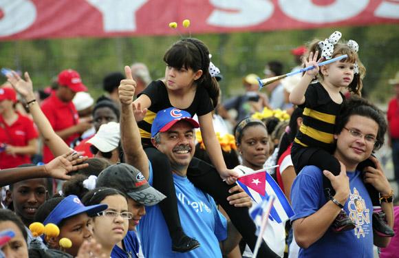 Juan Carlos Cremata y La Colmenita durante el desfile por el 1ro de Mayo en La Habana. Foto: Ladyrene Pérez/Cubadebate.