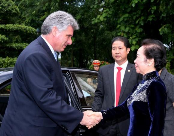 Nguyen Thi Doan (D), vicepresidente de Viet Nam, recibe a Miguel Díaz-Canel Bermúdez (I), primer vicepresidente de los Consejos de Estado y de Ministros de Cuba, en la Plaza Presidencial, en Hanoi, Viet Nam, el 21 de junio de 2013. AIN FOTO/Thong NHAT/VNA