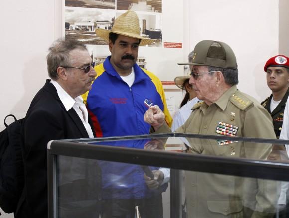 Raúl conversa con el intelectual Ignacio Ramonet en presencia de Nicolás Maduro. Foto: Ismael Francisco/Cubadebate