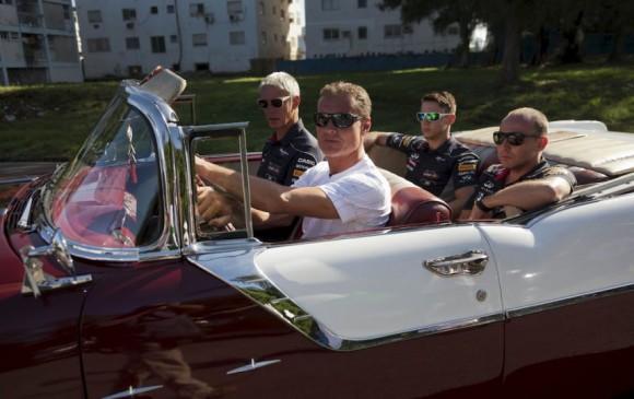 El ex piloto de Fórmula 1 escocés, David Coulthard, conduce un Pontiac de 1955 durante el 9no rally de autos clásicos en La Habana, Cuba, el domingo 18 de agosto del 2013. Coulthard, en su primer visita a la isla caribeña, fue el invitado especial para el colorido y pintoresco desfile de cerca de 60 autos clásicos. Foto: Ramon Espinosa / AP