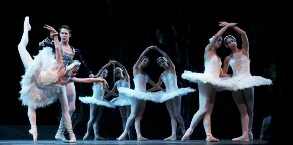 """La versión original de Lev Ivanov se hizo en San Petersburgo como homenaje a Chaicovski y por orientación de Marius Petipa. Su resultado como """"acto blanco"""" perfecto alentó la idea de revivir el título completo."""