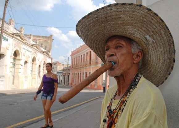 Everardo Jiménez, personaje pintoresco vecino de la ciudad de Camagüey, se distingue por su tabaco de grandes proporciones y su sombrerón, es un ciudadano amable y sencillo y siempre se le puede ver en los alrededores del Parque Ignacio Agramonte y la Plaza San Juan de Dios, en Camagüey. Foto AIN/ Rodolfo Blanco Cue