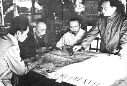 Vo Nguyen Giap explica a Ho Chi Minh y otros camaradas su plan de batalla en la preparación de Dien Bien Phu. 1954
