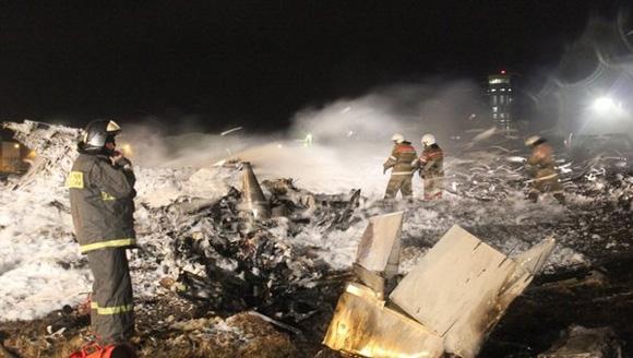 Los rescatistas no encontraron vidas humanas. El avión, un Boeing de 1990 procedente de Moscú, intentaba tomar tierra por segunda vez antes de caer y explotar en llamas | Entre los fallecidos se encuentra el hijo del presidente de la república rusa de Tatarstán, Irek Minnijanov, de 23 años. Foto: lavanguardia.com.