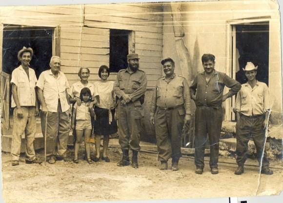 De izquierda a derecha el padre de Álvaro, a su lado la mamá y seguidamente la hermana de Álvaro, Toby.