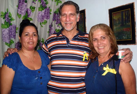 Nilda Turuel junto a René y Olga, en la sala de su casa. Nilda Turuel Torres