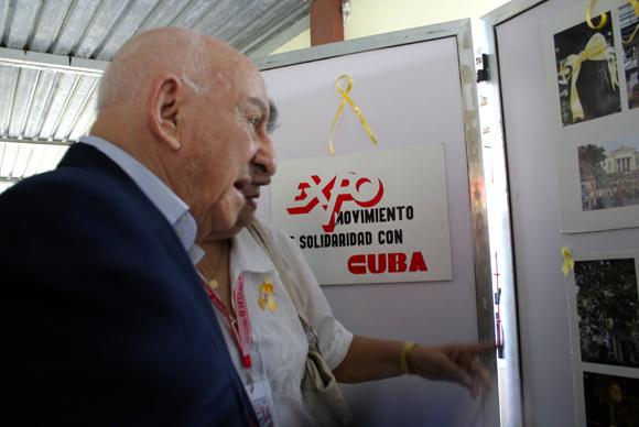 Giustino di Celmo, padre del joven Fabio di Celmo, víctima del terrorismo contra Cuba, en la exposición fotográfica de movimientos de solidaridad. Foto: Daylén Vega / Cubadebate