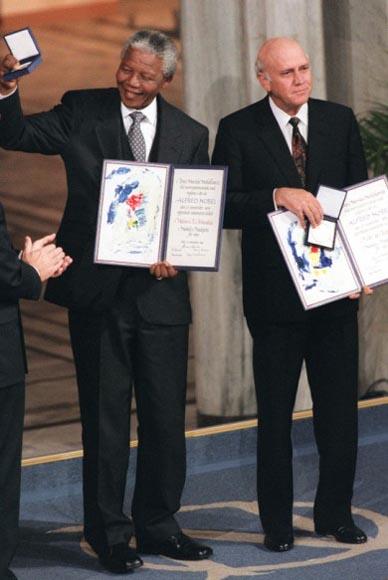 En diciembre de 1993 con Frederik de Klerk, recibiendo el Nobel de la Paz.
