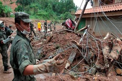Funcionarios del Ejército brasileño se sumaron al cuerpo de bomberos y algunos voluntarios en las labores de búsqueda de sobrevivientes. Foto: elnuevodiario.