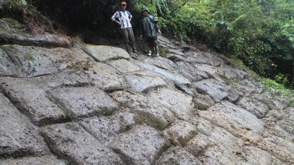 Enterrada en la selva estaba esta pared inclinada de sillares enormes, con un 60% de desnivel.