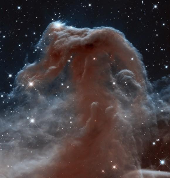 Não é todo dia que você começa a ver um rosto familiar em uma nova luz ..  A nebulosa Cabeça de cavalo, um dos mais famosos objetos celestes, é conhecida por sua cor preta.  Mas aqui temos de olhar em comprimentos de onda infravermelhos, fazendo muitas características visíveis normalmente invisível.  Como NASA escreveu: Parecendo um aparecimento crescente de carneirinhos interestelares espuma, a nebulosa Cabeça de cavalo icônico tem aparecido em livros de astronomia desde a sua descoberta mais de um século.  A nebulosa é um alvo favorito para astrônomos amadores e profissionais.  É triste a luz óptica.  Parece transparente quando visto em comprimentos de onda infravermelhos etéreos.  Imagem: NASA ESA / Hubble Team / Patrimônio