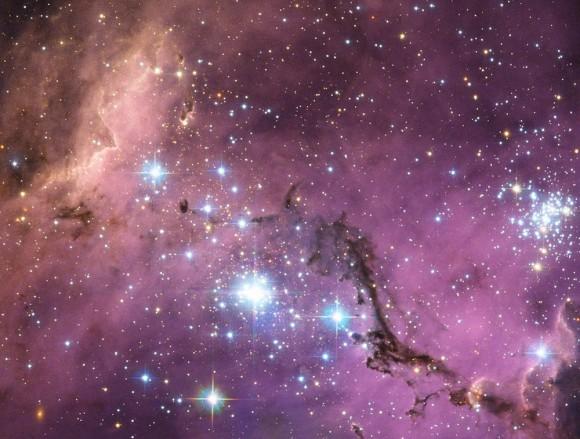 A LMC é uma galáxia satélite que orbita a nossa.  Tendo este laboratório cósmico tão perto dá aos cientistas a oportunidade de estudar os processos incríveis que afetam todas as galáxias.  Como NASA escreveu isto: Grandes nuvens de gás dentro lentamente em colapso para formar novas estrelas.  Por sua vez, essas nuvens de gás são iluminados em uma profusão de cores visíveis nesta imagem do telescópio da NASA / ESA Hubble.