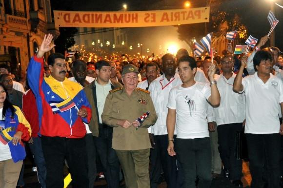 El General de Ejército Raúl Castro Ruz (C), Presidente de los Consejos de Estado y de Ministros, presidio la marcha de las Antorchas, en el homenaje a José Martí, en La Habana, el 27 de enero de 2014. AIN FOTO/Marcelino VAZQUEZ HERNANDEZ/