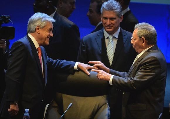 Raúl Castro y Sebastián Piñera. Foto: Adalberto Roque, Pool