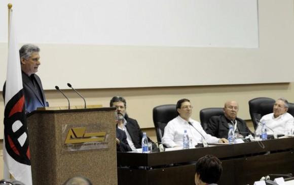 Miguel Díaz-Canel (en el podio), miembro del Buró Político del Partido Comunista de Cuba y Primer Vicepresidente de los Consejos de Estado y de Ministros, pronuncia las palabras de clausura del VIII Congreso de la Unión de Escritores y Artistas de Cuba (UNEAC), realizada en el Palacio de las Convenciones de La Habana, el 12 de abril de 2014. AIN FOTO/Roberto MOREJÓN RODRÍGUEZ