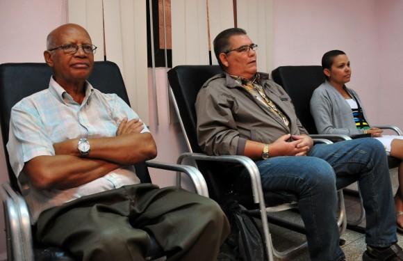 Norberto y Gustavo, junto a otra paciente en la Sala de Quimioterapia Ambulatoria. Foto: Analeida Puerto/Cubadebate