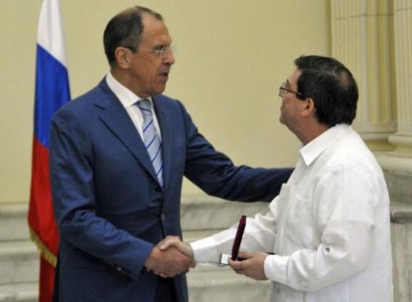 """Serguei V. Lavrov (I), ministro de Asuntos Exteriores de la Federación de Rusia, entrega la condecoración con la distinción """"Por la Cooperación"""", que otorga el Ministerio de Asuntos Exteriores de la Federación de Rusia, a el canciller cubano Bruno Rodríguez Parrilla, , en la sede del ministerio de Relaciones Exteriores de Cuba (MINREX), en La Habana, el 29 de abril de 2014. AIN FOTO/Marcelino VAZQUEZ HERNANDEZ"""