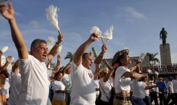 Firmes y unidos por el socialismo, desfilan en el Día Internacional de los Trabajadores,  en la plaza Ernesto Che Guevara, en Santa Clara, provincia Villa Clara, Cuba, el 1 de mayo de 2014.   AIN FOTO/Arelys María ECHEVARRIA RODRIGUEZ