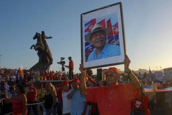 El bloque de la Asociación de Combatientes de la Revolución Cubana, inició el desfile por el Primero de Mayo, Día Internacional de los Trabajadores, en la Plaza de la Revolución Antonio Maceo,  de Santiago de Cuba, el 1 de mayo de 2014. AIN FOTO/Miguel RUBIERA JUSTIZ
