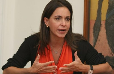 María Corina Machado, exdiputada a la Asamblea Nacional venezolana y exprecandidata presidencial; vocera de la ultraderecha venezolana destituida de sus funciones parlamentarias al aceptar el cargo de embajadora alterna de Panamá ante la Organización de Estados Americanos durante el gobierno del presidente Ricardo Martinelli. Se encuentra involucrada en el Golpe de Estado de abril del 2002 contra el Comandante Hugo Chávez.