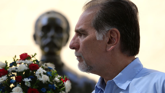 Ofrenda floral de René González en la Plaza José Martí