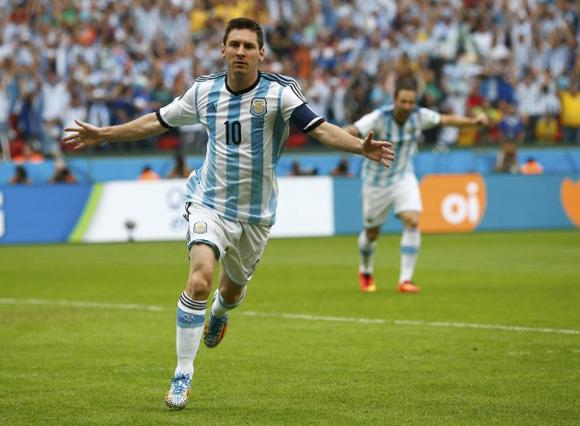 Messi celebra su gol, el 1-0 de Argentina ante Nigeria A