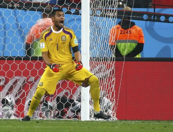 El portero argentino Sergio Romero se tomó la revancha de las dudas que existían sobre él antes del Mundial, debido en parte a su suplencia en el Mónaco, deteniendo dos penales en semifinales contra Holanda, este miércoles en Sao Paulo, después de un partido sin goles. Foto: Reuters