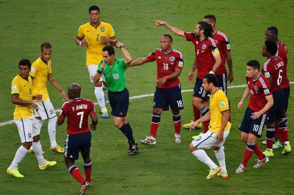 las malas decisiones del arbitro español, Carlos Velasco Carballo, dieron como resultado un juego agresivo que concluyó con cuatro amarillas.
