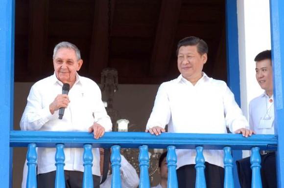 Xi Jinping ( D), Presidente de la República Popular China y el General de Ejercito Raúl Castro Ruz (I), Presidente de los Consejos de Estado y de Ministros, durante una visita al lugar desde donde, el Líder Histórico de la Revolución Fidel Castro Ruz, proclamara el Triunfo de la Revolución, en Santiago de Cuba, 23 de julio de 2014.     AIN FOTO/Miguel RUBIERA JUSTIZ