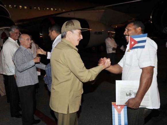 Raúl despide a cooperantes en la lucha contra el ébola 21 de octubre de 2014 Foto Estudio Revolución