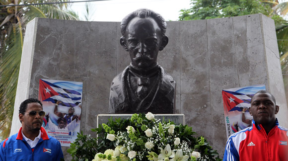 Sotomayor y Mijaín depositaron las flores. Foto: Ismael Francisco/Cubadebate.