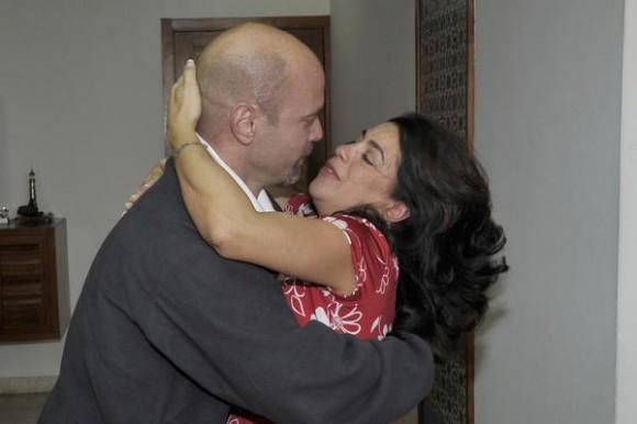 Nuestro héroe Gerardo Hernández Nordelo(I), con su esposa Adriana (D), a su arrivo a la patría, en La Habana, el 17 de diciembre de 2014.    AIN  FOTO/ Estudios Revolución/