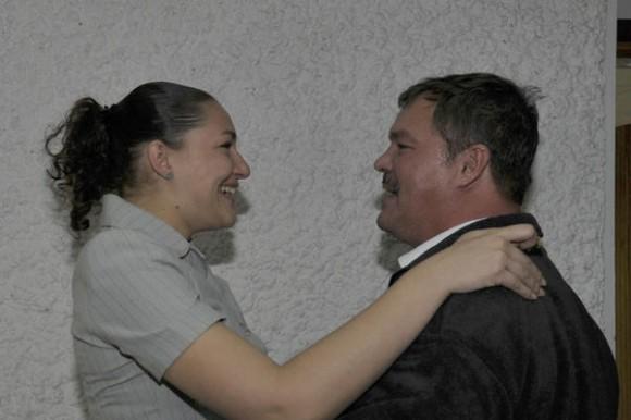 Nuestro héroe Ramón Labañino(D), con una de sus hijas , a su arrivo a la patría, en La Habana, el 17 de diciembre de 2014.    AIN  FOTO/ Estudios Revolución/
