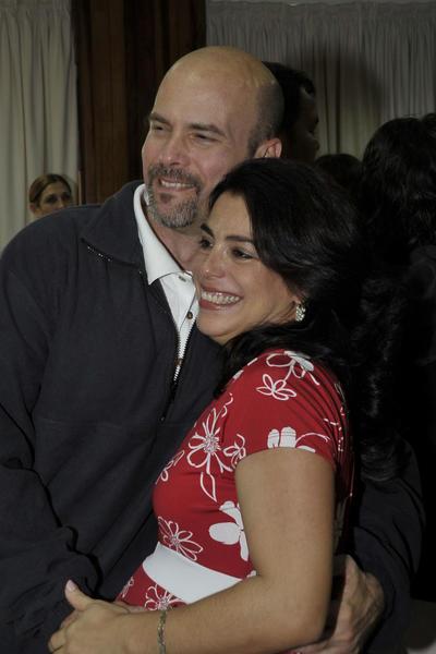 Nuestro héroe Gerardo Hernández (I), con su esposa Adriana (D), a su arrivo a la patría, en La Habana, el 17 de diciembre de 2014.    AIN  FOTO/ Estudios Revolución/