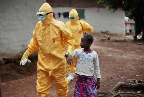 Con nueve años de edad, Nowa Paye es llevada a una ambulancia después de mostrar signos de la infección del Ébola en el pueblo de Freeman Reserva, a unos 30 kilómetros al norte de Monrovia, Liberia, martes 30 de septiembre de 2014. (Foto AP / Jerome Delay)